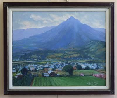 早春の吉野川と高越山(徳島・美馬市)